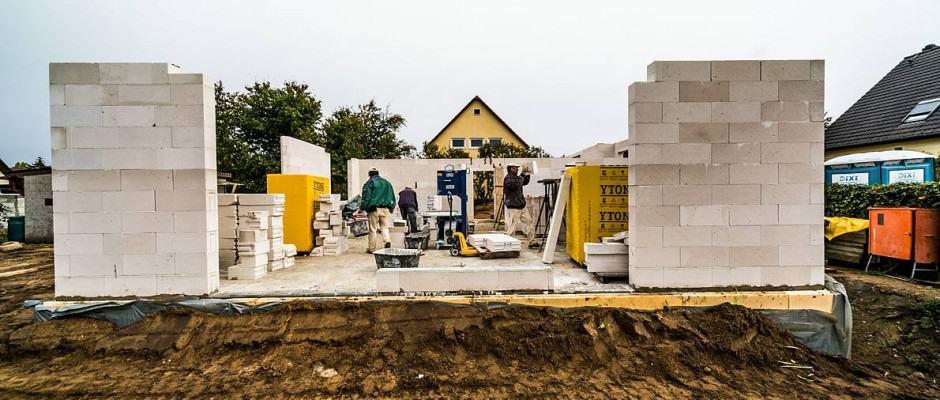 Zahlung nach Baufortschritt: Bauherren sollten nur bezahlen, was der Bauunternehmer bereits geliefert hat, und möglichst nicht in Vorleistung gehen. Foto: djd/Bauherren-Schutzbund
