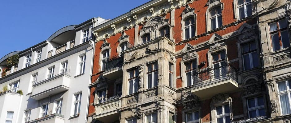 Wer Wohneigentum in einem Mehrfamilienhaus erwirbt, ist neben den eigenen vier Wänden auch für das Gemeinschaftseigentum mitverantwortlich. Foto: djd/Bauherren-Schutzbund