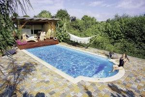 Wer sich jederzeit angenehme Temperaturen im Pool wünscht, kann das Becken mit einer Wärmepumpe besonders günstig beheizen. Foto: djd/D&W-Pool