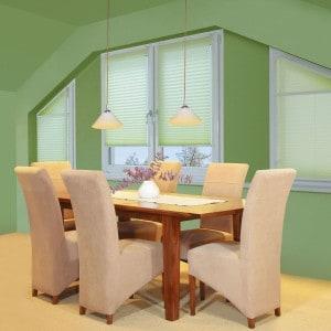 Auch für außergewöhnliche Fensterformen lassen sich maßgeschneiderte Lösungen anfertigen. Foto: djd/JalouCity Heimtextilien