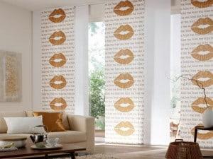 Mit etwas Mut zur Farbe und modischen Designs wird der Fensterschmuck zum Blickfang in der Wohnung. Foto: djd/JalouCity Heimtextilien
