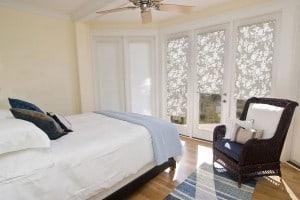 Verdunkelung, Sichtschutz oder Sonnenschutz: Die Window Fashion kann verschiedenste Funktionen übernehmen. Foto: djd/JalouCity Heimtextilien