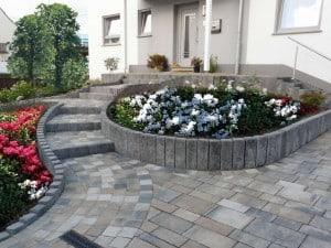 Eleganter Auftritt: Bei der harmonischen Gestaltung von Auffahrten und Blumenbeeten kann der Gartenbesitzer eigene Ideen verwirklichen. Foto: djd/KLB Klimaleichtblock