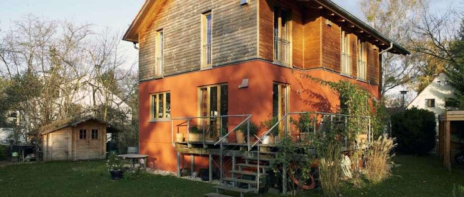 Die Mehrzahl älterer Häuser verbraucht besonders viel Energie für Heizung und Warmwasser. Abhilfe schafft eine energetische Modernisierung. Foto: djd/Dena