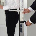 Das AMK ergonoMeter. Das clevere Messgerät ermittelt anhand der individuellen Ellbogenhöhe schnell und einfach die daraus resultierende, ideale Arbeitshöhe. Diese liegt 10 bis 15 cm unterhalb der Ellbogenhöhe. (Foto: AMK)