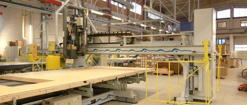 Die Fertigung der Bauelemente im Werk hat für Bauherren viele Vorteile. Sie erfolgt mit computergesteuerten Anlagen, unabhängig von Wind und Wetter. Foto: BDF/LUXHAUS