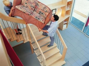 Auf Treppen müssen manchmal auch sperrige Dinge transportiert werden. Daher sollte bei der Grundrissplanung auf eine entsprechend bequem begehbare Treppenlaufbreite geachtet werden. Foto: Treppenmeister/akz-o