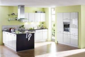Offene Wohnküchen liegen im Trend - sollten aber gut durchgeplant werden. Foto: djd/KüchenTreff GmbH & Co. KG