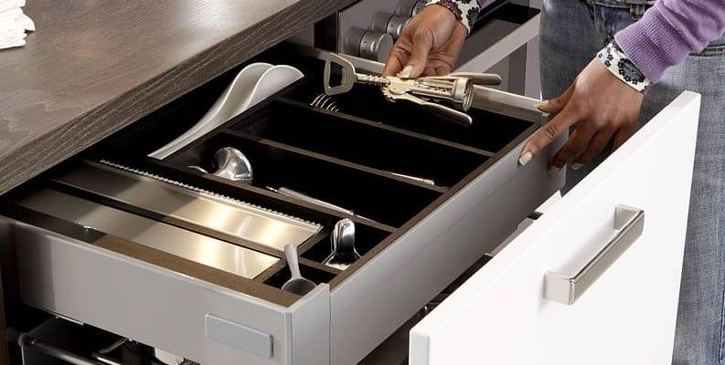 Wer sich für einen offenen Übergang zwischen Küche und Wohnbereich entscheidet, sollte auf ausgeklügelte Stauraumkonzepte und Ordnungssysteme achten. Foto: djd/KüchenTreff GmbH & Co. KG