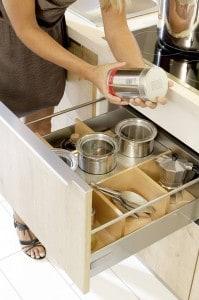 Feste oder flexible Schubkasteneinsätze und variable Organisationssysteme sorgen in der Küche dafür, dass alles übersichtlich verstaut ist. Foto: djd/KüchenTreff GmbH & Co. KG