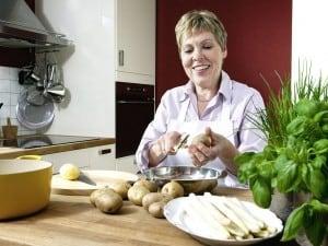 Kartoffeln und Spargel schält man am besten schonend mit einem Sparschäler. Foto: djd/www.qs-live.de