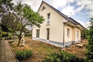 Informationen im Internet über Hausangebote reichen meist als Entscheidungsgrundlage für ein Haus nicht aus. Foto: djd/Bauherren-Schutzbund
