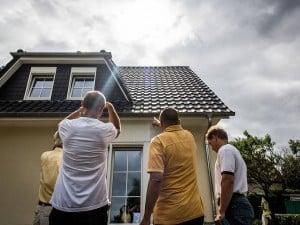 Im Internet lassen sich Adressen von Musterhäusern und Häusern von Referenzkunden sowie Termine von Baustellenbesichtigungen recherchieren. Foto: djd/Bauherren-Schutzbund