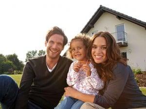 Die richtige Größe und die Bauqualität sind die entscheidenden Kriterien für die Zufriedenheit von Bauherrenfamilien mit dem eigenen Haus. Foto: djd/Fingerhaus