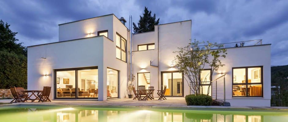 Gut geplant wird die Freifläche am Haus zur Traumterrasse für warme Sommerabende. (Bild: LUXHAUS/ F. Lopez)