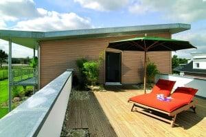 Willkommen auf dem Promenadendeck: Diese Dachterrasse ist in der FertighausWelt Hannover zu besichtigen. (Bild: SchwörerHaus)