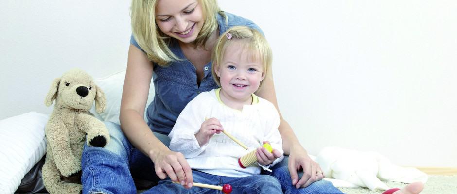 Mutter und Kind musizieren Foto: Hannes Eichinger/Fotolia.com/Deutsches Lackinstitut/akz-o