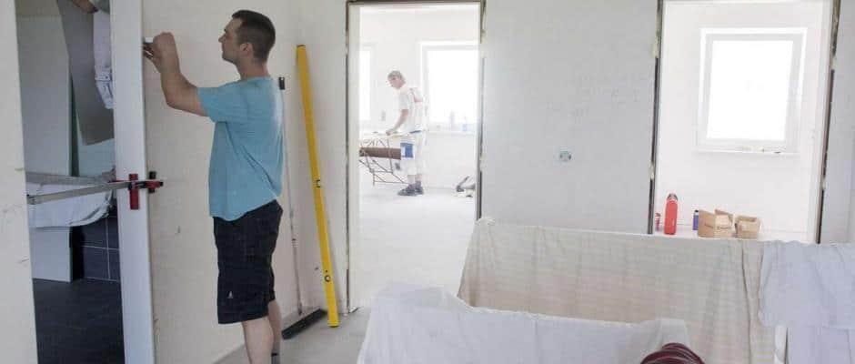 Vorsicht bei der Eigenleistung: Die Grenzen zwischen Nachbarschaftshilfe und Schwarzarbeit sind oftmals fließend. Foto: djd/Bauherren-Schutzbund