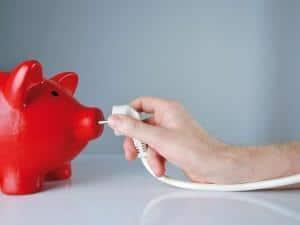 Das Sparschwein und die Umwelt freuen sich: Im Alltag Energie zu sparen ist einfacher, als viele denken. Foto: djd/Beratungsdienst Geld und Haushalt