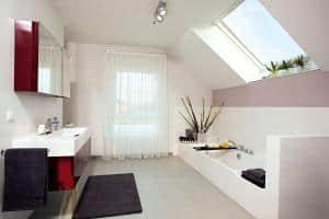 Ein Badezimmer kann heute die Ansprüche an den nachhaltigen Umgang mit Energie und Wasser sowie ausgeklügelte Designs vereinen. Foto: djd/WeberHaus.de