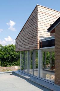 Ein Holzanbau ans Haus schafft barrierefreien Wohnraum auf einer Ebene. Foto: djd/Fördergesellschaft Holzbau und Ausbau