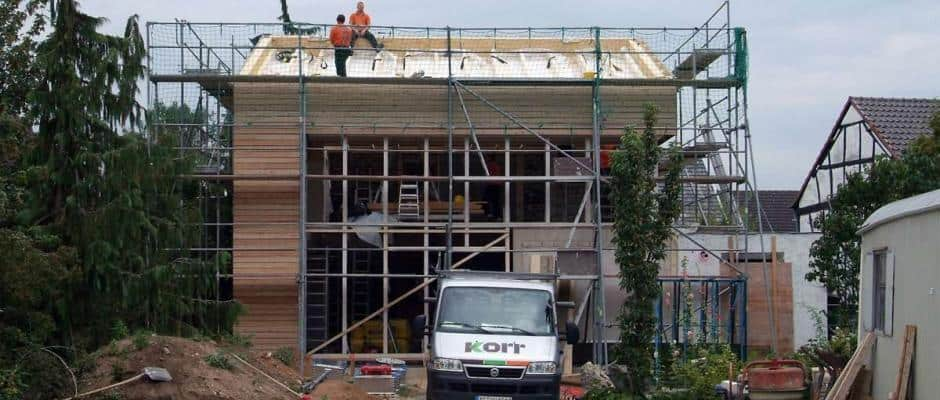 Holzanbauten haben eine kurze Bauzeit und lassen sich auch sehr gut mit einem bestehenden Steinhaus verbinden. Foto: djd/Fördergesellschaft Holzbau und Ausbau