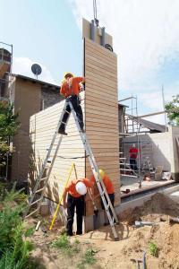 Mit vorgefertigten Bauteilen aus dem Zimmereifachbetrieb steht ein Holzanbau meist in wenigen Tagen. Foto: djd/Fördergesellschaft Holzbau und Ausbau