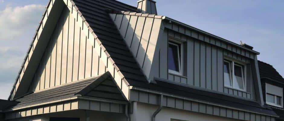 txn-p. Ein hochwertiges Dachentwässerungssystem aus Zink hält Wind und Wetter dauerhaft stand und harmoniert sehr gut mit allen anderen Baustoffen. Foto: Rheinzink/txn-p