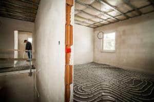 Damit alle Räume gleichmäßig mir Wärme versorgt werden, muss auch bei einem Flächenheizsystem ein hydraulischer Abgleich vorgenommen werden. Foto: djd/Bauherren-Schutzbund