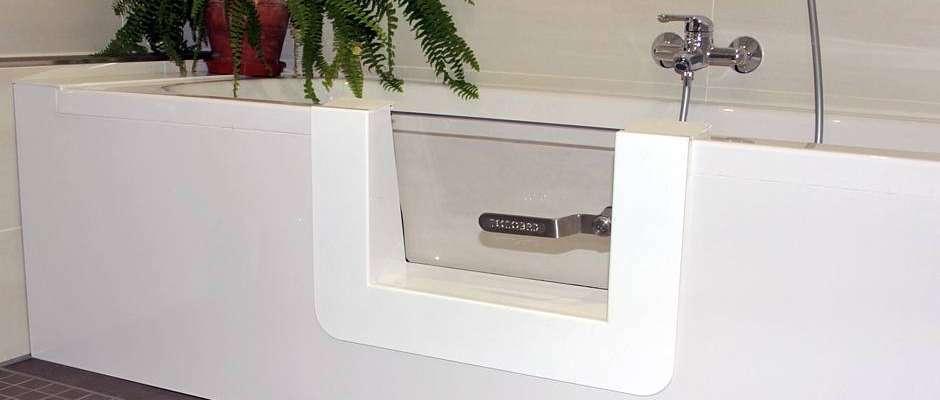 Bequem und sicher: Fast jede Badewanne lässt sich nachträglich mit einem barrierearmen Zugang ausstatten. Foto: djd/Tecnobad Deutschland