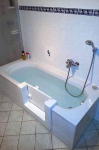 Hält garantiert dicht: Die nachträglich eingebaute Tür in der Badewanne beseitigt eine gefährliche Stolperfalle im Bad. Foto: djd/Tecnobad Deutschland