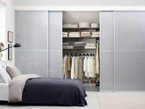 Schiebetüren für den Kleiderschrank können auch unter Dachschrägen eingezogen werden. Foto: djd/www.elfa.com
