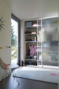 Hinter eleganten Schiebetüren verschwindet das Kleiderchaos. Foto: djd/www.elfa.com