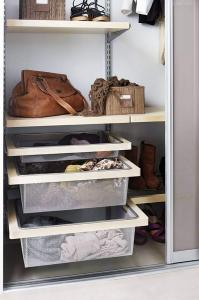Beim Einrichten des neuen Kleiderschranks sollte man auch an Sockenkörbe denken. Foto: djd/www.elfa.com
