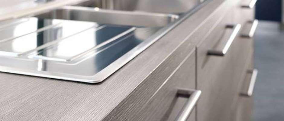 Ein gutes Raumklima, qualitativ hochwertige Verarbeitung und Sicherheit durch Gütezeichen wie das PEFC-Siegel: Küchen aus Holz sind beliebt wie nie zuvor. Foto: djd/PEFC