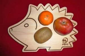 Frühstücksbrettchen aus Holz: wegen der antibakteriellen Wirkung heute wieder gefragt. Foto: djd/PEFC