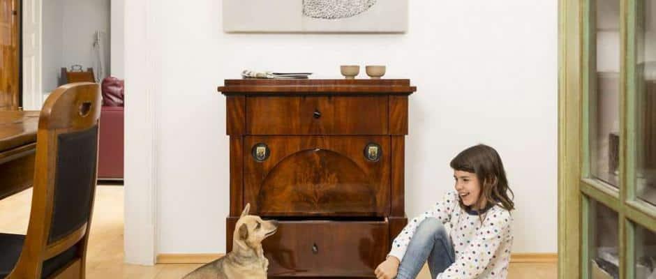 Den Härten des Familienlebens problemlos gewachsen: Diese zierliche Kommode (Berlin, um 1810) ist nicht nur zeitlos schön, das Möbelstück aus Mahagoni hält auch garantiert was aus. Foto: djd/www.britsch.com