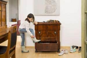 Kind, Hund, Katze, Maus - die klassizistische Kommode hat in mehr als 200 Jahren nicht nur viel gesehen, sondern noch vielem mehr standgehalten. Foto: djd/www.britsch.com