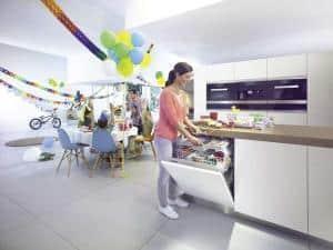 Die moderne Spülmaschine ist energieeffizient, super leise und körpergerecht in die moderne Küche eingebaut. (Foto: AMK)