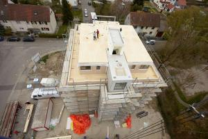Holzbauelemente sind leicht und stabil, also eigentlich ideal für mehrgeschossige Häuser. (Bild: WeberHaus)