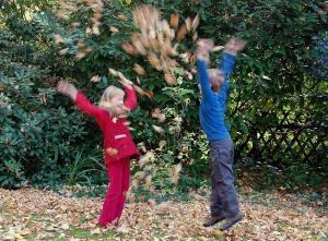 Foto: BdB. - Gartenarbeiten mit Kindern gehen zwar nicht immer schneller, machen aber mehr Spaß.
