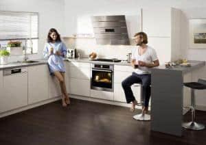 Die moderne Küche ist Treffpunkt und Mittelpunkt der Wohnung. (Foto: AMK)