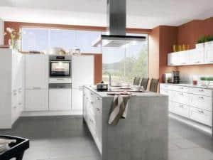 Warme Farben, Dekorationen und Accessoires bereichern die moderne Küche und machen sie individuell und gemütlich. (Foto: AMK)