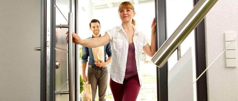 Durch eine fachmännische Sicherheitslösung vermeiden Hausbesitzer die Gefahr, einem Einbrecher in die Arme zu laufen.Foto: djd/TELENOT ELECTRONIC GMBH