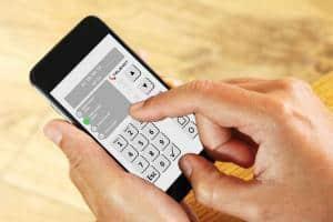 Mit der Alarmanlagen-App von Telenot lässt sich jederzeit und von jedem Ort aus die Sicherheit des Zuhauses kontrollieren und steuern.Foto: djd/TELENOT ELECTRONIC GMBH