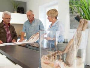 Mit einem Fertighaus verlaufen Planung und Bau eines Eigenheims ganz entspannt. Foto: FertighausWelt/Jan-Peter Nüsken