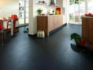 Ob Wohnraum, Schlafzimmer oder Küche: Nadura ist der perfekte Bodenbelag. Fotos: Meister/akz-o