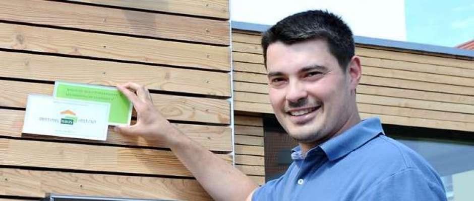 """Zum """"Gesundheitspass"""" des Sentinel Haus Instituts bekommen Hausbesitzer auf Wunsch auch eine Plakette, die sie an der Hausfassade anbringen können.Foto: djd/Sentinel"""