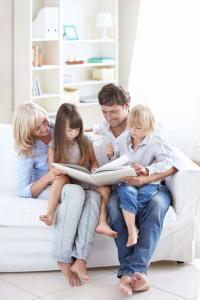 Im Vergleich zu Mietern sind Eigenheimbesitzer Studien zufolge überdurchschnittlich zufrieden. Wer in seinen eigenen vier Wänden wohnt, sollte diese allerdings auch besonders schützen. Foto: djd/HDI Versicherung AG/thx