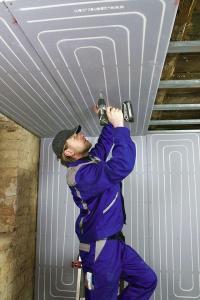 Schneller Austausch des Heizsystems: Spezielle Trockenbausysteme für Wand und Decke vereinfachen die Modernisierung. Foto: djd/Uponor GmbH